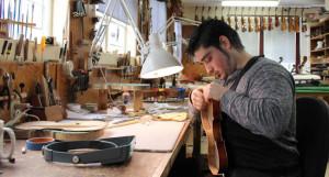 Un Español que decide ganarse la vida como luthier en EE.UU