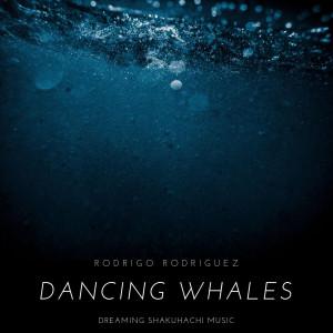 Rodrigo Rodríguez acompaña con la flauta japonesa shakuhachi el canto de las ballenas